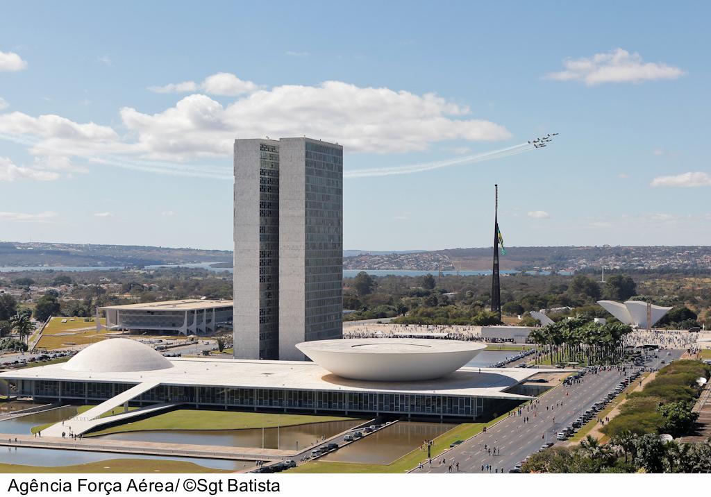 브라질 정부 건물의 유리를 박살낸 미라지 2000 전투기