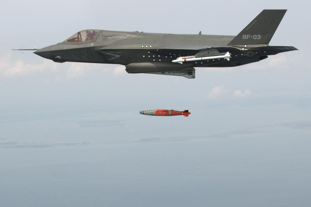 첫 무장 투하 테스트를 실시한 F-35 전투기