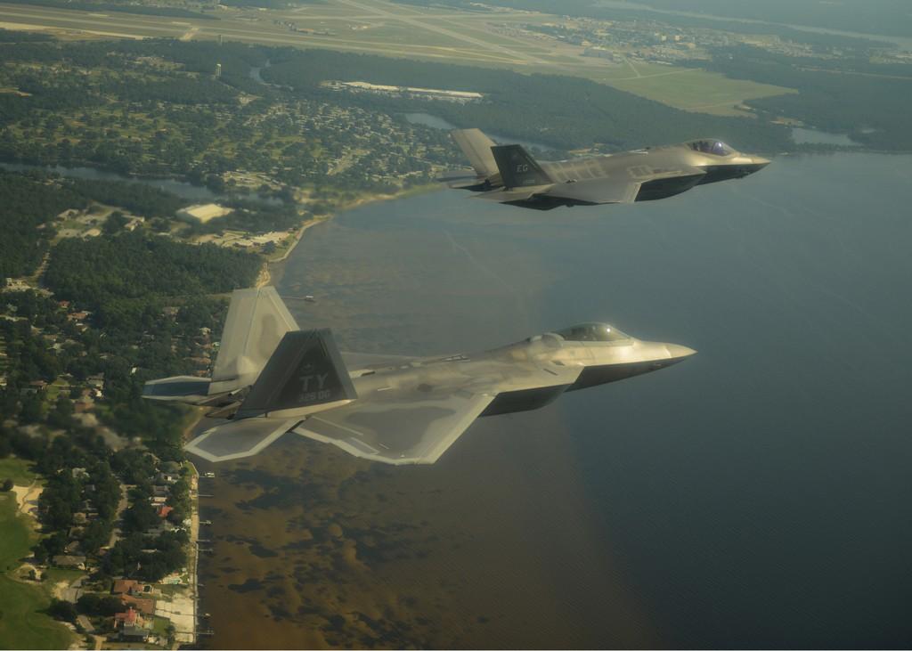 F-22에 새로운 산소공급장치 개량을 진행 중인 미 공군