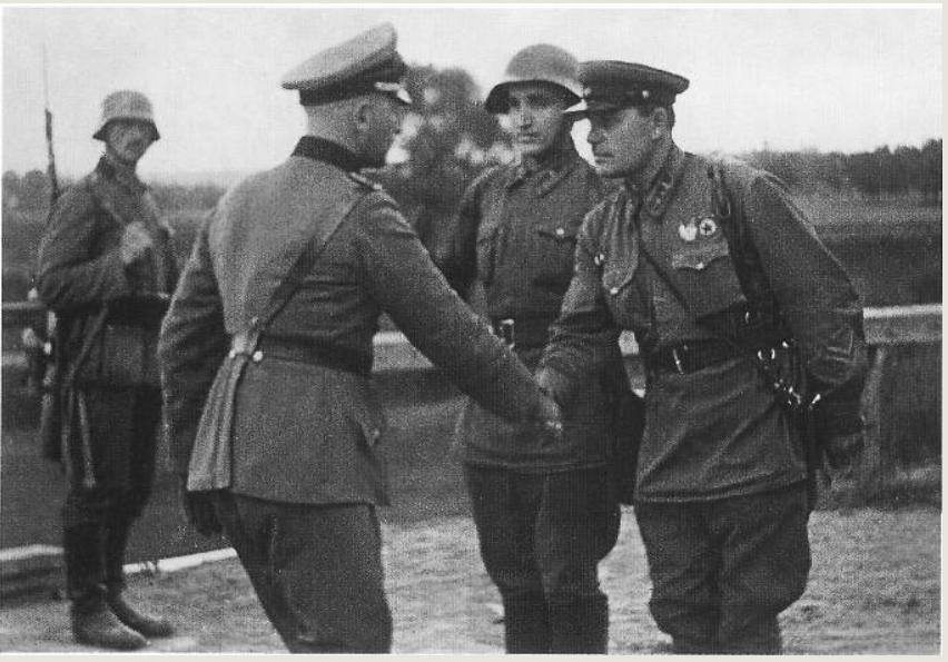 """""""영국이 소련의 폴란드 침공에 침묵한 이유는?"""""""