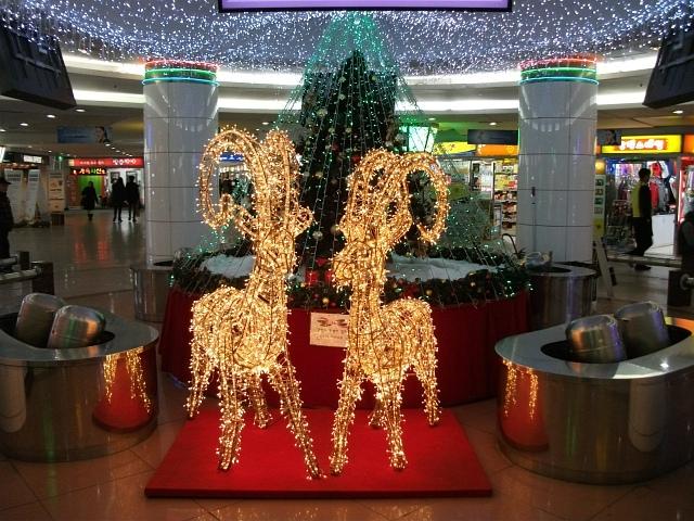 시내에서 본 크리스마스 기념 조형물