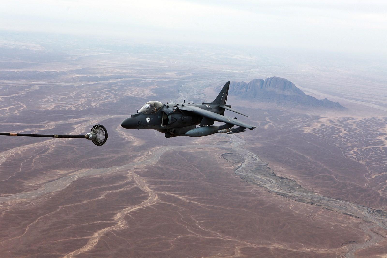 아프칸 상공에서 공중급유를 받은 미 해병대 AV-8B..