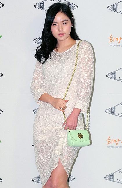 민효린, 시크한 화이트 시스루 패션