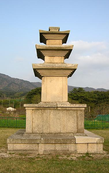 등잔 밑이 어둡다, 마동 절터의 석탑.