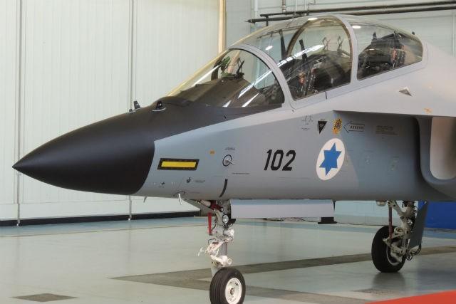 """롤아웃된 이스라엘의 첫번째 M-346 """"라비"""" 훈련기"""