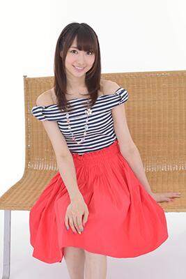 성우 토마츠 하루카의 사진, 의상이 예쁘네요.