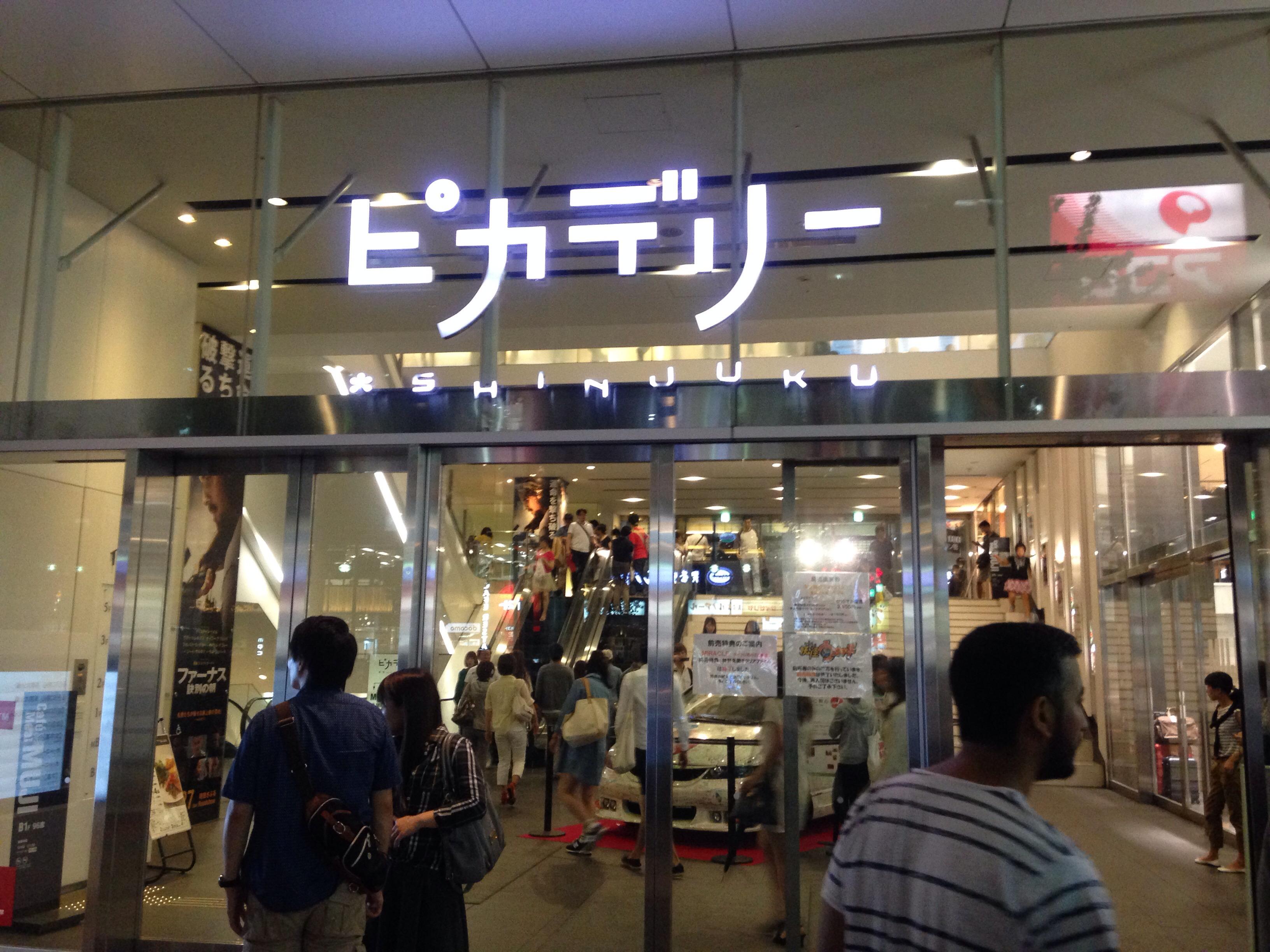 일본 피카디리극장 로비 - 바람의 검심 차량 전시