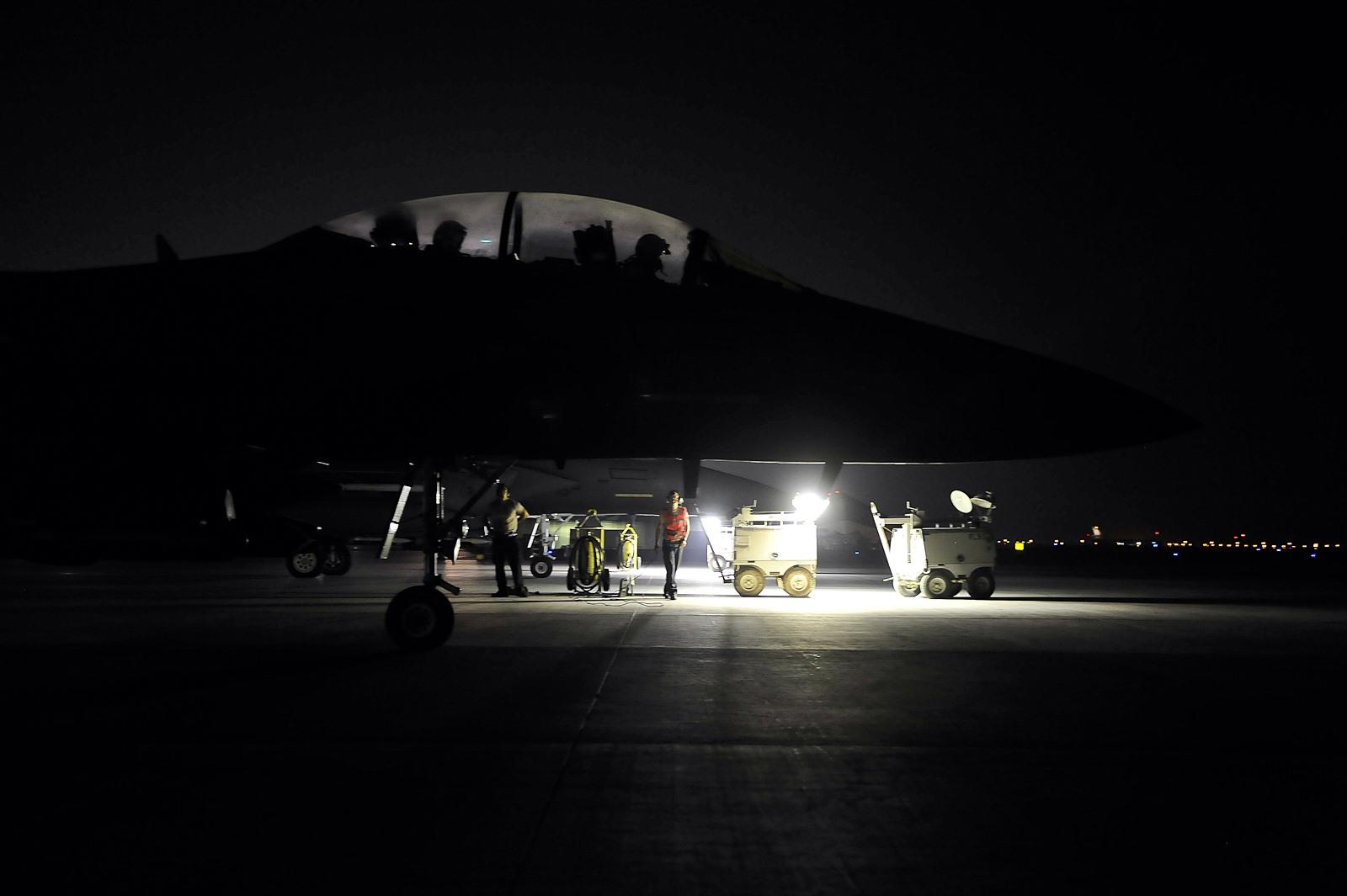 시리아공습을 위해 야간 출격하는 미 공군 F-15E ..