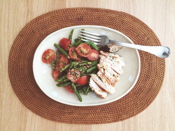 토마토그린빈 샐러드와 닭구이. 그리고 포도즙