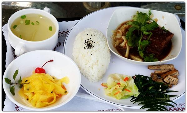 타오위앤 장흥촌 에서의 객가식 식사