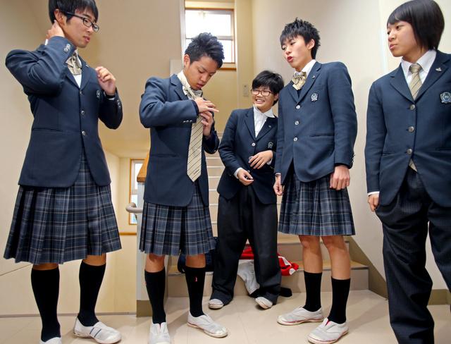 일본의 한 고등학교에서 남녀 학생이 교복을 바꿔입..