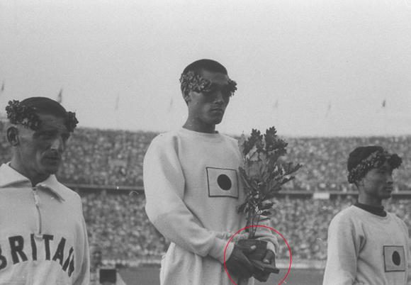 히틀러가 손기정 목에 금메달을 걸어줬다?