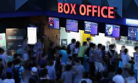 극장에서는 매일 영화를 상영하지만, 볼 영화가 없다!