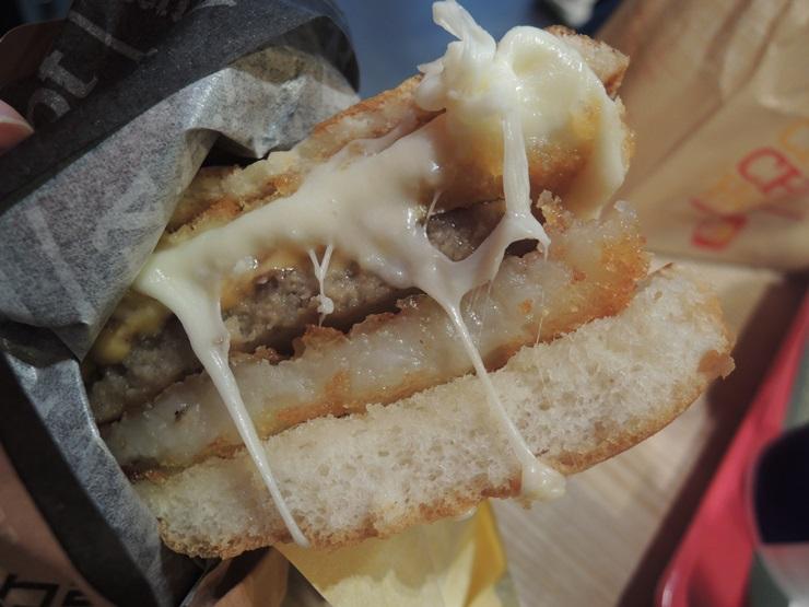 롯데리아 모짜렐라 치즈인더버거 더블 맛있다