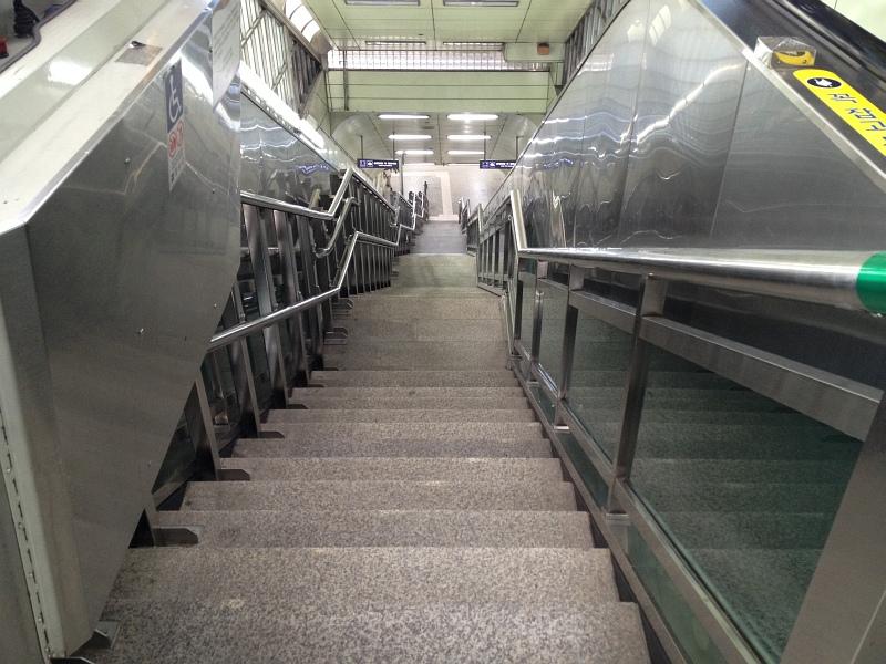 건대입구역의 긴 계단