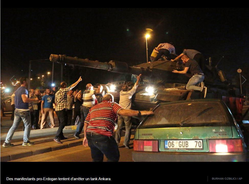 [터키 쿠데타]탱크를 육탄으로 막는 시민들...