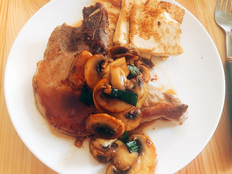 두부와 버섯을 곁들인 스테이크