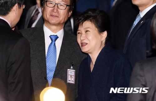 """""""박근혜에 대한 과잉 충성의 역효과?"""""""