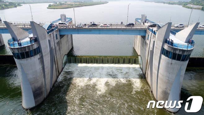 수문을 개방한 낙동강