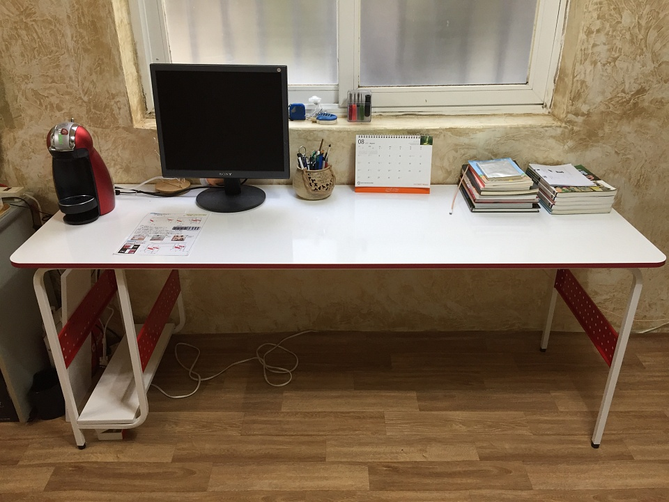 컴퓨터 책상을 새로 샀습니다.
