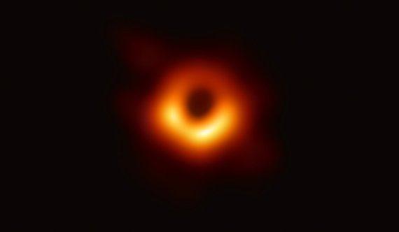 최초로 공개된 블랙홀 사진